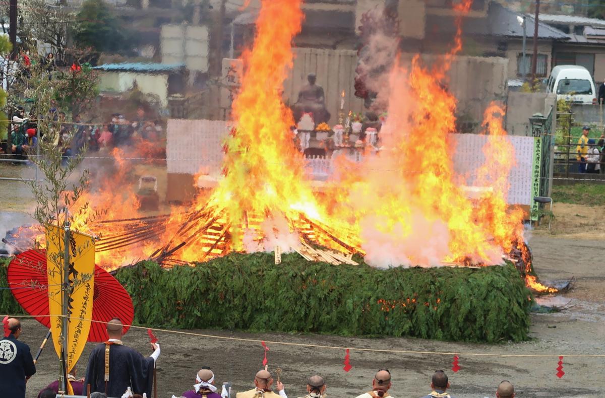 高尾山火渡り祭2020!日程やアクセス方法・駐車場は?